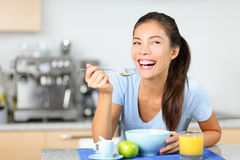 Vrouw die ontbijtgraangewassen eten Stock Afbeelding