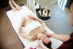Vrouw die Ontspannend Massage in KUUROORD genieten van royalty-vrije stock afbeeldingen