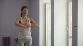 Vrouw die ontspannende yogaoefeningen na training doen stock videobeelden