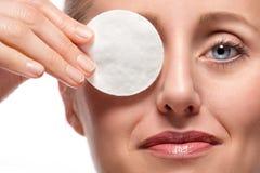 Vrouw die oog behandelt met katoenen stootkussen Royalty-vrije Stock Foto's