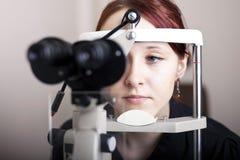 Vrouw die oogexamen heeft Royalty-vrije Stock Fotografie