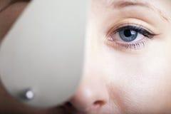 Vrouw die oogexamen heeft Stock Afbeeldingen