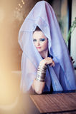 Vrouw die oostelijke kleren dragen Royalty-vrije Stock Foto's