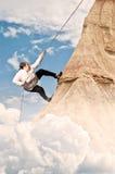 Vrouw die op berg beklimmen Royalty-vrije Stock Foto