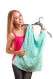 Vrouw die op blouse proberen Royalty-vrije Stock Fotografie