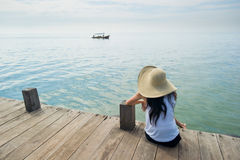 Vrouw die op boot bij het dok wacht Royalty-vrije Stock Afbeelding