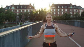 Vrouw die op brug overslaan stock video