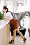 Vrouw die op bureau leunt Royalty-vrije Stock Fotografie