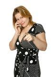 Vrouw die op cellphone met vinger op kijker richt Stock Afbeelding