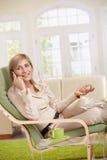 Vrouw die op cellphone spreekt Stock Foto