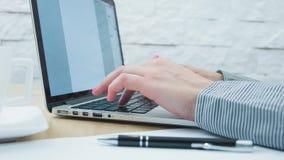 Vrouw die op computertoetsenbord schrijven