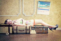 Vrouw, die op de bagage slapen stock foto