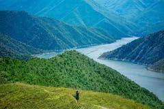 Vrouw die op de bergen lopen stock foto