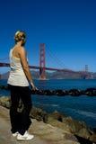 Vrouw die op de brug let Stock Foto