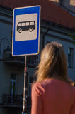 Vrouw die op de bus wacht Stock Afbeelding