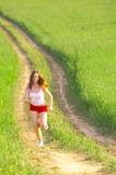 Vrouw die op de gebieden loopt Stock Foto's