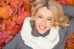 Vrouw die op de grond en het glimlachen leggen Stock Foto