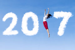 Vrouw die op de hemel met 2017 dansen Stock Foto's