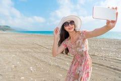 Vrouw die op de holding overzee mobiel haar reizen Royalty-vrije Stock Foto