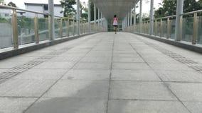 Vrouw die op de manier van het stadsviaduct lopen stock video