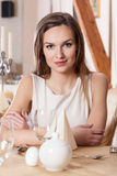 Vrouw die op de mens in restaurant wachten Stock Foto