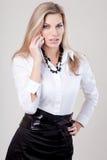 Vrouw die op de mobiele telefoon spreekt Stock Afbeelding