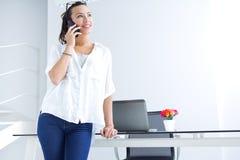 Vrouw die op de mobiele telefoon spreken royalty-vrije stock afbeeldingen