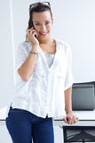 Vrouw die op de mobiele telefoon spreken stock afbeeldingen