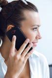 Vrouw die op de mobiele telefoon spreken royalty-vrije stock fotografie