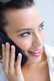 Vrouw die op de mobiele telefoon spreken royalty-vrije stock afbeelding