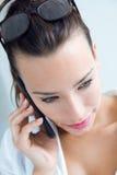 Vrouw die op de mobiele telefoon spreken stock foto's