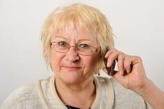 Vrouw die op de mobiele telefoon spreken. Royalty-vrije Stock Foto's