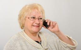 Vrouw die op de mobiele telefoon spreken. Stock Foto