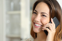 Vrouw die op de mobiele telefoon thuis spreken Royalty-vrije Stock Foto's
