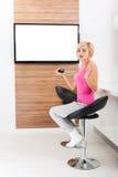 Vrouw die op de negatieve doen schrikken emotie van TV letten Royalty-vrije Stock Foto