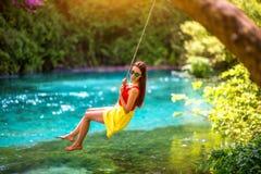 Vrouw die op de rivier slingeren Stock Afbeeldingen