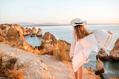 Vrouw die op de rotsachtige kustlijn in Lagos, Portugal reizen royalty-vrije stock foto