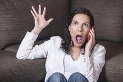Vrouw die op de telefoon schreeuwt Stock Foto