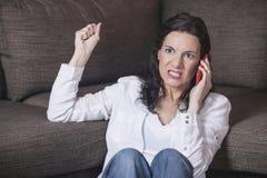 Vrouw die op de telefoon schreeuwt Stock Fotografie