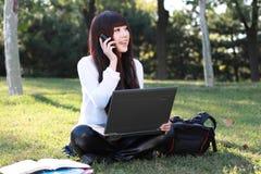 Vrouw die op de telefoon spreekt Royalty-vrije Stock Foto