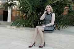 Vrouw die op de telefoon spreekt Royalty-vrije Stock Afbeelding
