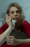 Vrouw die op de telefoon spreekt Stock Foto's