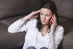 Vrouw die op de telefoon spreekt Stock Foto