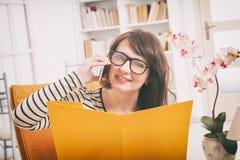 Vrouw die op de telefoon spreekt Stock Afbeelding