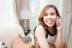 Vrouw die op de telefoon spreken Stock Afbeeldingen