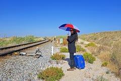 Vrouw die op de trein wachten Royalty-vrije Stock Foto's