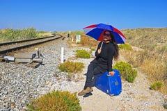 Vrouw die op de trein wachten Royalty-vrije Stock Foto