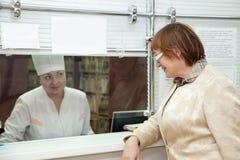 Vrouw die op de verslagen van de patiënt wacht Stock Afbeeldingen