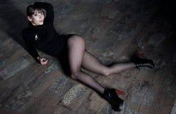 Vrouw die op de vloer liggen Stock Afbeelding