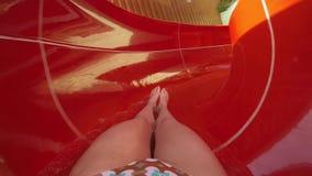 Vrouw die op de Zomervakantie snorkelen stock video